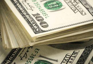 KRALENDIJK - Ondernemers in Caribisch Nederland kunnen binnenkort opnieuw een aanvraag indienen voor een tegemoetkoming in hun vaste lasten vanuit het Ministerie van Economische Zaken en Klimaat (EZK). De hoogte van deze vierde EZK tegemoetkoming kan variëren tussen de $425 en $400.000. Daarnaast kunnen de zwaarst getroffen ondernemers vanaf 1 maart een verzoek indienen voor een versoepeling in het gebruik van de Noodregeling voor loonkosten van het Ministerie van Sociale Zaken en Werkgelegenheid (SZW). Vierde Tegemoetkoming EZK De EZK tegemoetkoming is voor ondernemers die vanwege de coronacrisis hun vaste lasten moeilijker kunnen dragen. Voor de vierde tegemoetkoming worden de omzetcijfers van de maanden oktober, november en december 2020 vergeleken met de omzetcijfers van dezelfde maanden in 2019. De vergoedingsfactor wordt hoger dan bij de vorige EZK regeling; het was 0,75 en wordt nu 0,85. Dat betekent dat ondernemers bij een gelijke procentuele daling van de omzet als in de vorige periode, nu aanspraak kunnen maken op een hoger bedrag. Zodra de regeling is gepubliceerd in de Staatscourant, naar verwachting begin maart, kunnen aanvragen worden ingediend via een nieuw aanvraagformulier beschikbaar wordt gesteld op de RCN website. De voorwaarden en werkwijze blijven gelijk aan de derde tegemoetkoming van EZK. Versoepeling Noodregeling SZW De ondersteuning voor loonkosten vanuit SZW loopt vrijwel ongewijzigd door tot 13 juli 2021. Voor bedrijven die het zwaarst getroffen zijn door de coronacrisis, geldt per 1 maart een uitzondering. Onder bepaalde voorwaarden mogen zij 25 procent van de arbeidsuren van hun werknemers inzetten, terwijl zij voor deze uren de loonkostensubsidie blijven ontvangen. De versoepeling is bedoeld om een snellere opstart mogelijk te maken wanneer de toeristenstroom weer op gang komt en helpt om het personeel 'werkfit' te houden. 115 bedrijven maken aanspraak Om te bepalen welke bedrijven het zwaarst getroffen zijn, wordt aangesloten bij de T