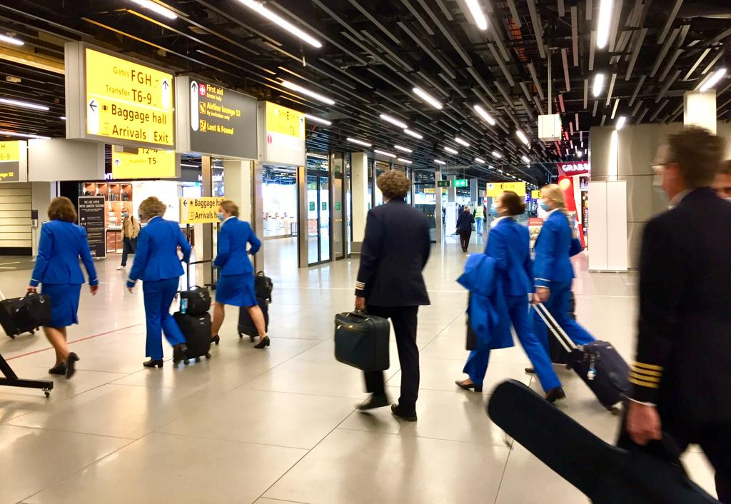 Deze afbeelding heeft een leeg alt-attribuut; de bestandsnaam is KLM-crew-piloot-personeel-stewardess-Schiphol-Airport-Amsterdam-foto-Inge-Poorthuis.jpeg