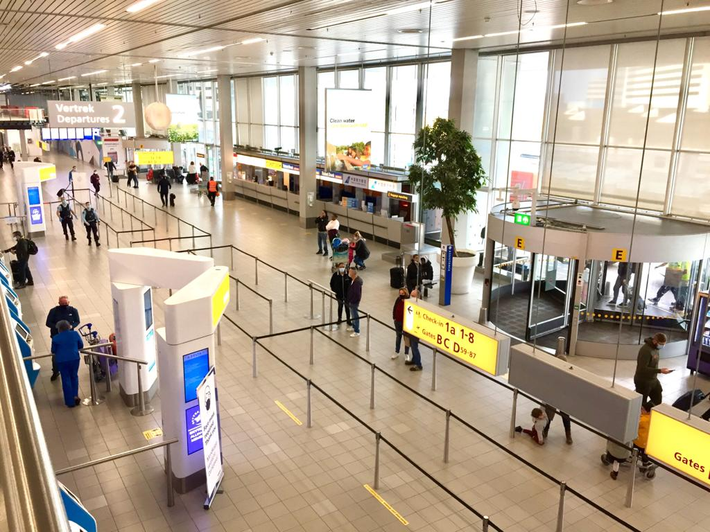 Nederlandse luchthavens verwerken driekwart minder passagiers