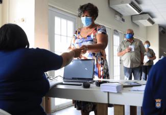 Bekende 60-plussers als eerste ingeënt op Bonaire
