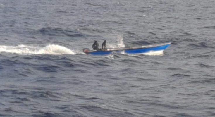 De kustwacht onderschept boot met drie man op zee bij Curaçao