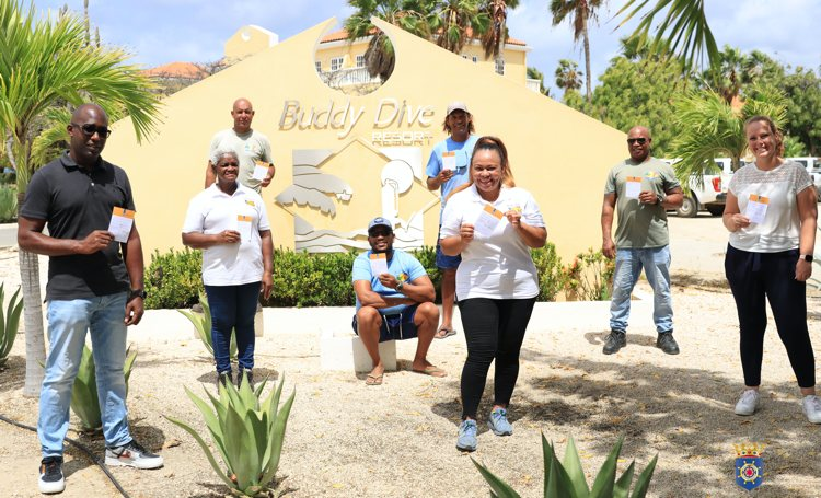 Management en personeel duikresort op Bonaire laten zich collectief vaccineren