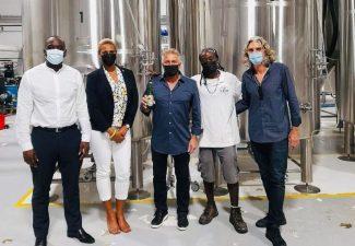 Minister Lawrence bezoekt bierbrouwer St. Maarten