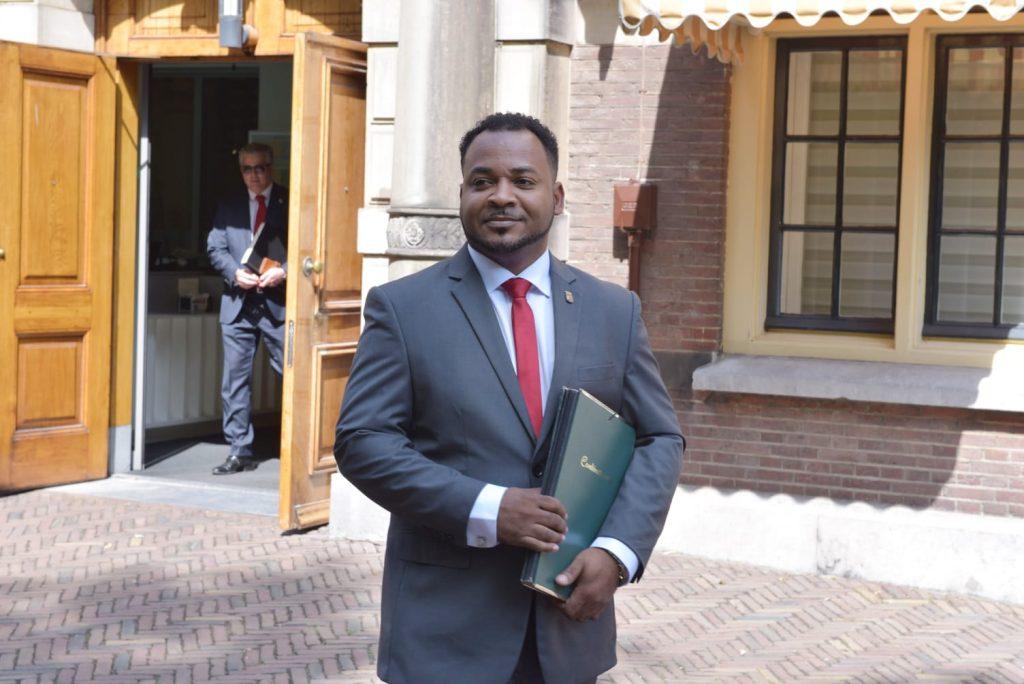 Knipselkrant: gevolmachtigde minister trekt broer en schoonzus aan als adviseur